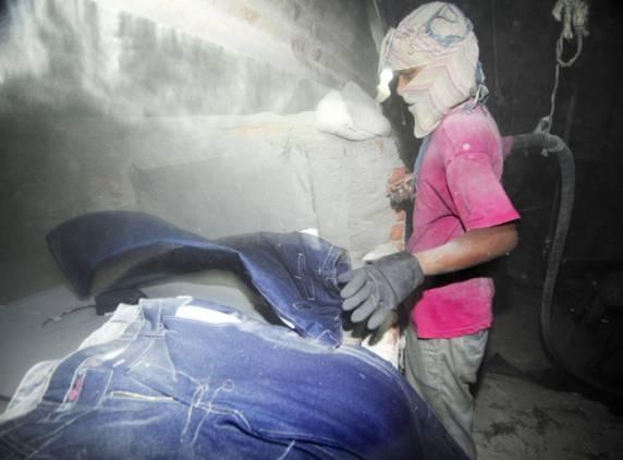 Jeansy: kochane przez konsumentów – zabójcze dla pracowników iśrodowiska